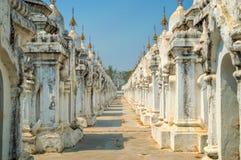 Kuthodaw塔在曼德勒,缅甸缅甸 库存图片