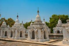Kuthodaw塔在曼德勒,缅甸 缅甸 免版税图库摄影