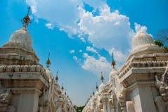 Kuthodaw塔在曼德勒,缅甸 缅甸 图库摄影