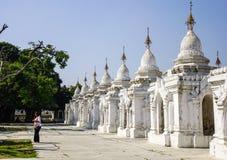 Kuthodaw塔在曼德勒,缅甸 库存照片