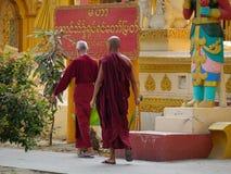 Kuthodaw塔的修士在曼德勒,缅甸 图库摄影