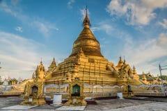 Kuthodaw塔,曼德勒,缅甸 免版税库存图片