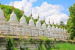 Kuthodaw塔,曼德勒,缅甸 图库摄影