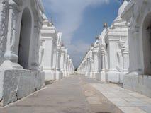 Kuthodaw塔的修士在曼德勒,缅甸缅甸 库存图片