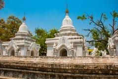 Kuthodaw塔在曼德勒,缅甸 缅甸 库存照片