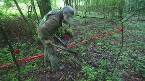 KUTINA CHORWACJA, CZERWIEC, - 2014: Obsługuje próbować wykrywać kopalni w demining procesie po środku lasu zdjęcie wideo