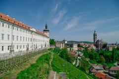 Kutna Hora全景与圣Jakub教会和Jezujit kolej的 免版税库存照片