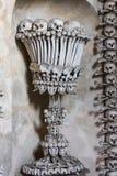 Kutna Hora, чехия - 19-ое марта 2017: Интерьер ossuary Kostnice Sedlec украшенный с черепами и косточками Стоковые Фото
