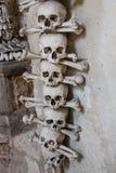 Kutna Hora, чехия - 19-ое марта 2017: Интерьер ossuary Kostnice Sedlec украшенный с черепами и косточками Стоковая Фотография