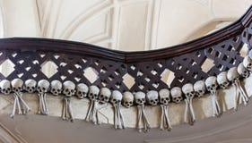 Kutna Hora, чехия - 19-ое марта 2017: Интерьер ossuary Kostnice Sedlec украшенный с черепами и косточками Стоковое Изображение