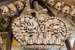 Kutna Hora, République Tchèque - 19 mars 2017 : Intérieur de l'ossuaire Kostnice de Sedlec décoré des crânes et des os Images stock