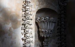 Kutna Hora, República Checa - 19 de março de 2017: Interior do ossuary Kostnice de Sedlec decorado com crânios e ossos Fotos de Stock