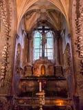 Kutna Hora, República Checa - 19 de marzo de 2017: Interior del osario Kostnice de Sedlec adornado con los cráneos y los huesos Fotos de archivo libres de regalías