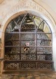 Kutna Hora, República Checa - 19 de marzo de 2017: Interior del osario Kostnice de Sedlec adornado con los cráneos y los huesos Fotografía de archivo libre de regalías