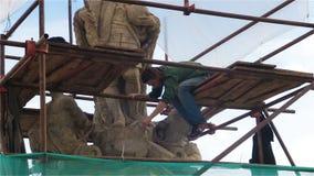 Kutna Hora, República Checa - em outubro de 2017: Restauração de uma escultura perto da igreja de St Barbara em Kutna Horaa filme