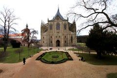 Kutna Hora, Tjeckien: 25 Maj 2015 Domkyrkan av St Barbara Gotisk basilikatyp Arkivfoton