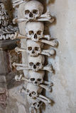 Kutna Hora, Tjeckien - mars 19, 2017: Inre av den Sedlec ossuaryen Kostnice dekorerade med skallar och ben Arkivbild