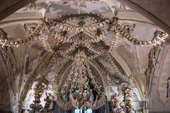 Kutna Hora, Tjeckien - mars 19, 2017: Inre av den Sedlec ossuaryen Kostnice dekorerade med skallar och ben Royaltyfria Bilder