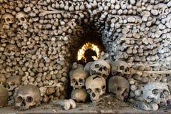 Kutna Hora, Tjeckien - mars 19, 2017: Inre av den Sedlec ossuaryen Kostnice dekorerade med skallar och ben Royaltyfri Fotografi