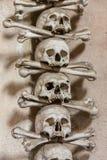 Kutna Hora, Tjeckien - mars 19, 2017: Inre av den Sedlec ossuaryen Kostnice dekorerade med skallar och ben Royaltyfri Foto