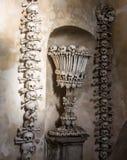 Kutna Hora, Tjeckien - mars 19, 2017: Inre av den Sedlec ossuaryen Kostnice dekorerade med skallar och ben Arkivfoto