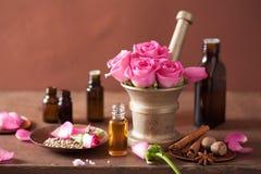 Kuuroord aromatherapy reeks met de roze kruiden van het bloemenmortier royalty-vrije stock fotografie