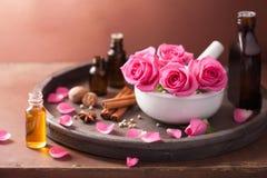 Kuuroord aromatherapy reeks met roze bloemenmortier en kruiden stock afbeelding