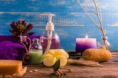 Kuuroord aromatherapy A reeks van de therapie van het Kuuroordaroma op het houten bureau Stock Afbeeldingen