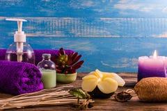 Kuuroord aromatherapy A reeks van de therapie van het Kuuroordaroma op het houten bureau Stock Fotografie