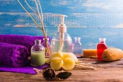 Kuuroord aromatherapy A reeks van de therapie van het Kuuroordaroma op het houten bureau Royalty-vrije Stock Afbeeldingen