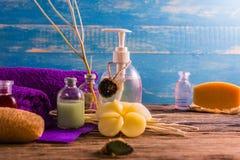 Kuuroord aromatherapy A reeks van de therapie van het Kuuroordaroma op het houten bureau Stock Foto