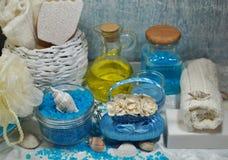 KUUROORD - Aromatische overzeese zoute en bemerkte zeep, bemerkte kaarsen en massageolie en toebehoren voor massage en bad Royalty-vrije Stock Fotografie