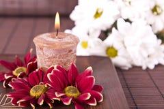 Kuuroord beweging veroorzakend met bloemen en kaars Royalty-vrije Stock Afbeelding