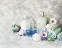 Kuuroord dat op een witte marmeren lijst met een stapel handdoeken wordt geplaatst, selectieve nadruk Stock Fotografie