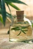 Kuuroord die met bad zout en bloemenwater plaatsen Stock Afbeelding