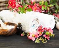 Kuuroord die met Roze Mooie Bloemen en Katoenen Handdoeken plaatsen stock afbeeldingen