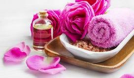 Kuuroord die met rozen, badzout en olie, katoenen handdoek plaatsen stock fotografie
