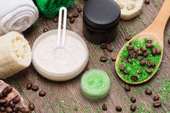 Kuuroord en cellulite busting producten op houten oppervlakte stock foto