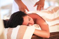 Kuuroord en Massage De mooie vrouw krijgt gezicht en achtermassage op su Stock Foto's