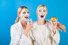 Kuuroord en wellness De zusters die van meisjesvrienden tot klei maken gezichtsmasker Antileeftijdsmasker Mooi verblijf Huidzorg  stock foto's