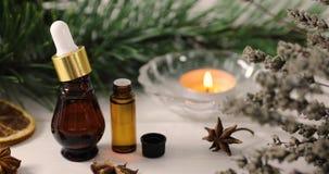 Kuuroord en wellness - organische etherische oliën met aromatische planten en kaars stock video