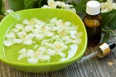 Kuuroord met jasmijnbloemen en essentie royalty-vrije stock foto