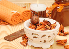 KUUROORD met oranje bloemblaadjes en kaars Royalty-vrije Stock Fotografie