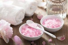 Kuuroord met pioenbloemen en roze kruidenzout wordt geplaatst dat Royalty-vrije Stock Foto's