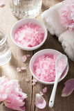 Kuuroord met pioenbloemen en roze kruidenzout wordt geplaatst dat Stock Afbeeldingen