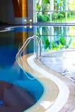 Kuuroord met pool Stock Foto's