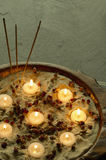 Kuuroord met witte kaarsen Stock Afbeelding