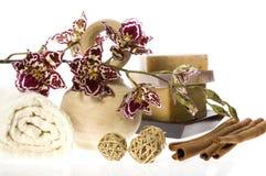 Kuuroord. natuurlijke zepen en orchidee stock afbeelding