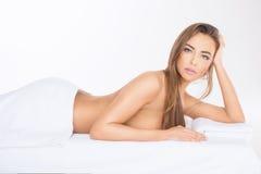Kuuroord Ontspannen jonge vrouw Royalty-vrije Stock Afbeeldingen