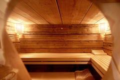 kuuroord, ontspanning en gezondheidszorg in houten saunaruimte Royalty-vrije Stock Foto